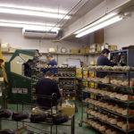 革の裁断、縫製のみ外注に出し、つり込みやかぶせ、仕上げの作業は本社ビル内の工房で行っている。