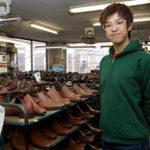 新ブランド『ファロル』を企画した須田達弥さん。海外の一流ブランドシューズの研究にも余念がない。