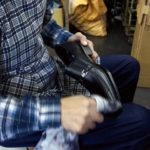 紳士靴は、仕上げによって見栄えが変わる。美しい光沢は、手作業のたまものだ。