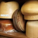 帽子作り100余年。同社にはさまざまなデザインの木型がストックされている。