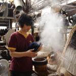フェルト帽は蒸気の熱で成形する。