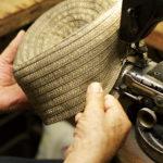 ブレード帽子は頭頂部から、うずを巻くように縫っていく。