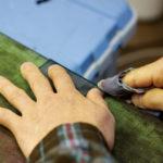 ミガキの作業。革の断面に水分と熱を加えることで、革の中のコラーゲン成分が凝固し、透明な光沢が生まれる。