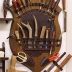 シカの角を柄にした裁断用のナイフは職人の手製。