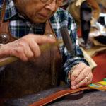 井上鞄製作所では、バッグ以外にベルトや財布などの革小物の製造も行う。