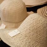 夏向けの婦人用ブレード帽子。ニット帽に限らず、トレンドに合わせた帽子を柔軟に生産している