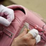 負荷のかかる個所は、手縫いで補強する。