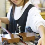 国内工場では若い作り手の姿が目立つ。