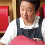 「革には目があるので、それを考えないで切ると、あとでボロボロになる」とは、営業部長の中村徳光さん。