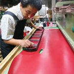 ランドセルの製造で最も注意を要するのは革の裁断。