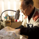 得意先に提案する試作品を縫製する高玉秀夫さん。この道50年をこえるベテランだ。