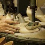 婦人靴の底付け作業。接着剤を使うセメント製法にも技術の蓄積がある。