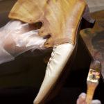 オリジナルブランド『ピオネロ』は、手彩色による微妙な色合いとカーフの質感が特徴。