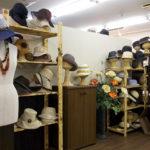 東京・日本橋にあるショールームは、シーズンごとに分けた2フロアがあり、1500型以上の帽子が展示されている。