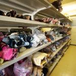 顧客からの多種多様な要望に応じられるよう、工場内には、色とりどりのクロコダイルの革が保管されている。