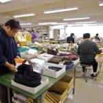 東京・浅草橋にある自社工場では、15人前後の職人がバッグ製造に取り組む。