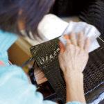検品は、素材の選別、革出し、裁断、縫製、仕上げの5段階で行う。