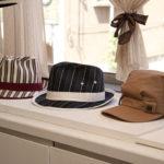 ショールームはさまざまな最新デザインの帽子が並ぶ。