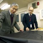 仕入れた革の検品を行う野村一雄さんは、ヤマダの生き字引ともいえる存在。