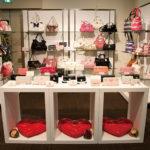 2011年1月に両国で開かれたヤマニの展示会の様子。ライセンスブランド別にブースが設けられ、バッグや財布の新商品が発表された。