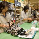 徹底した品質管理体制を敷くヤマト屋では、16人のスタッフが納品されたバッグを検品する。