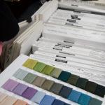「品質のいい、お洒落なニット帽子」を目指す同社では、新色や新種の糸も積極的に採用する。
