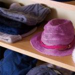 同社のショールームには、見るだけでも楽しくなるサンプル帽子がぎっしりと並んでいる。