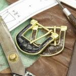 高級皮革を使った複雑なバックルも同社で製作できる。