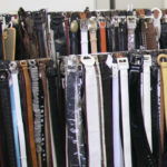 ショールームには、多種多様な素材とデザインの婦人ベルトが並ぶ。